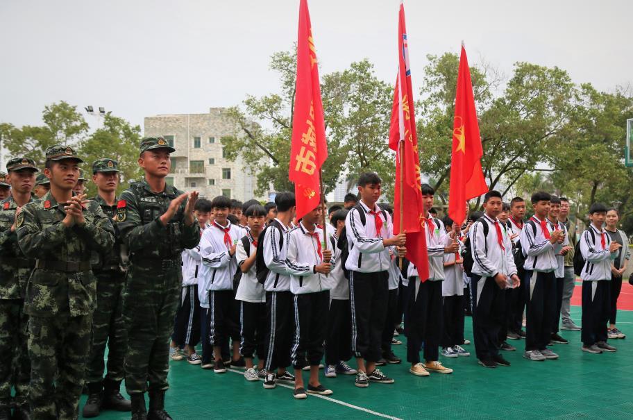 2019年4月12日,官兵对学生们的到来表示热烈欢迎