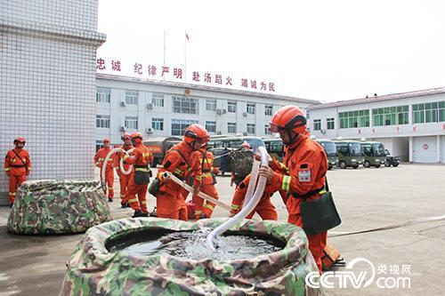 4月23日,成都森林消防大队开展训练。(徐辉 摄)