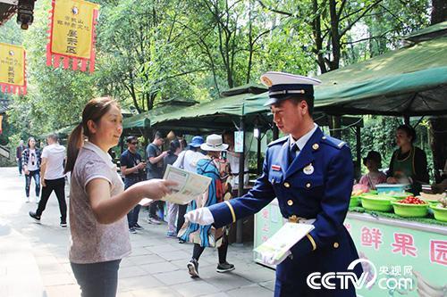 成都森林消防大队青城山靠前驻防分队森林消防员在景区内巡逻,宣传森林防火知识。(徐辉 摄)
