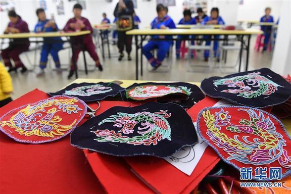 (社会)(3)广西罗成:学刺绣 促致富