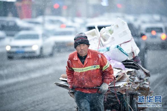 (社会)(3)吉林长春:大雪袭城 环卫上阵