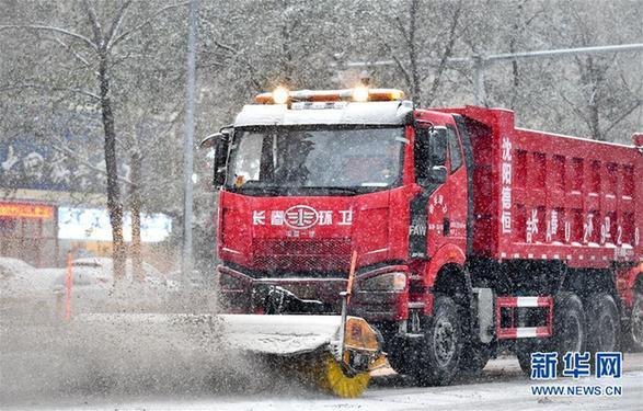 (社会)(4)吉林长春:大雪袭城 环卫上阵