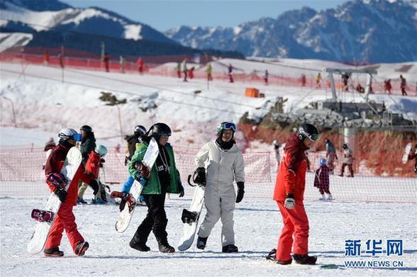 (社会)(2)新疆迎来滑雪季