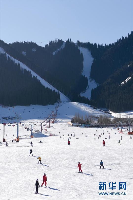 (社会)(3)新疆迎来滑雪季