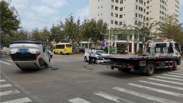 白色SUV四脚朝天 万博manbetx官网网址一路口发生交通事故