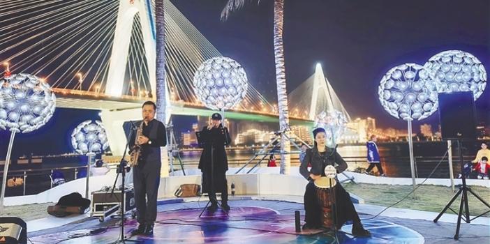 海口龙华区街头艺人在海口湾为市民游客带来精彩表演