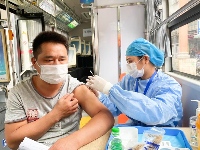 方便!海口新冠疫苗移动接种车开到村民身边