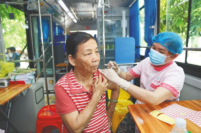 家门口打疫苗 澄迈居民就近接种[图]