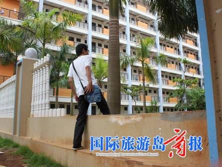 桂林洋大学城某高校女生宿舍楼围墙残缺 实习记者 何清滚 摄-海口桂林