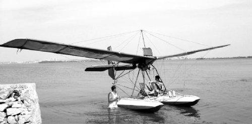 老汉两年耗资4万自制飞机 准备起飞时被叫停