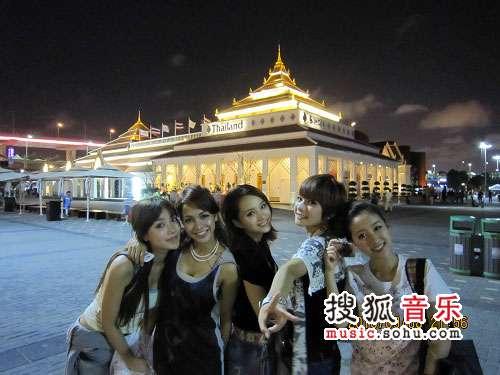 ,五位蜜女乘坐公共汽车游览了世博园,更是受到泰国官方的公主待遇高清图片