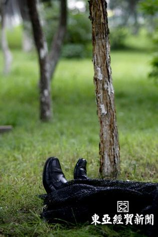 男子尸体躺在树林内