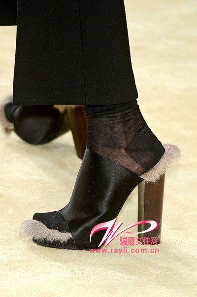 厚底木屐有着非常实在的原木鞋跟,简介质朴的模样则充满了复古的情调.