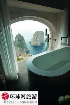 奢华酒店浴室里的风景
