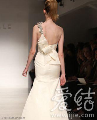 3款本季最美的后背婚纱设计