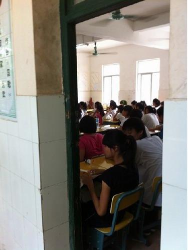 学生们在补习班上课-补习班借小学场地补课 三亚教育局 私人机构组织