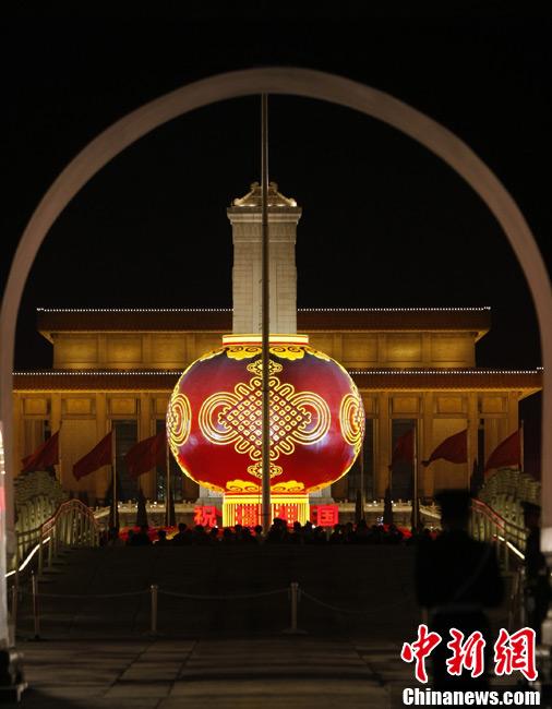 天安门广场大红灯笼迎国庆