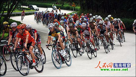 海口网10月17日消息三亚杯2011环海南岛国际公路自行车赛10月19日将在三亚开幕。17日,台湾、南非两支参赛车队已抵达三亚,其余参赛队伍将于18日全部抵达三亚。      由于受台风损毁道路未能及时修复,环五指山赛段被迫取消。环五指山赛段为今年新增加的赛段,该赛段多为山地公路,增加了比赛的难度和挑战性,但前阵子台风频频光顾海南,该赛段公路多处受损严重,组委会派人进行了实地勘查,确认未能在开赛前及时修复,只能放弃该赛段。      据悉,本次确认参赛的车队中有在北京奥运会男子公路自行车计时赛冠