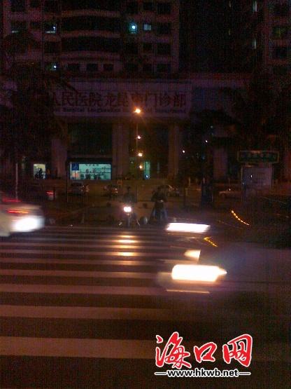 四个红绿灯都不亮.(见习记者 胡楠摄)