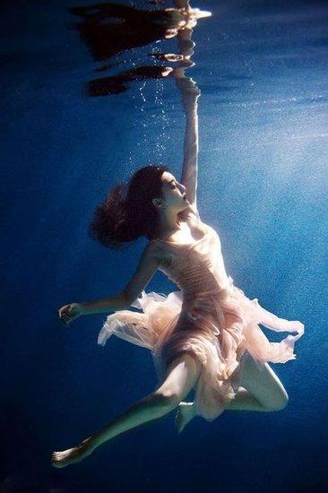 时下水下摄影风靡.众位女星也不甘落在人后,纷纷拍摄了水