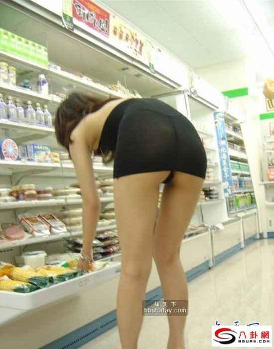 美女暴露狂竟穿这样逛超市