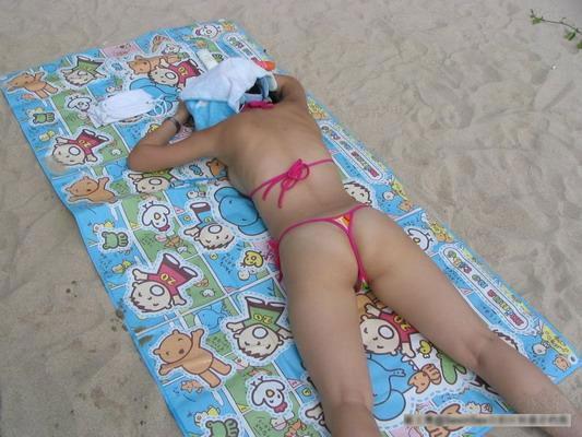 夏日海滩的丁字裤美女
