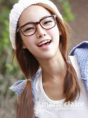 韩国女生发型中除了复杂盘发也有简单扎发,像这款松松的双辫搭配