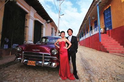 他们在莫雷诺冰川,在复活节岛,在古巴街头,留下了这一组组爱的照片.