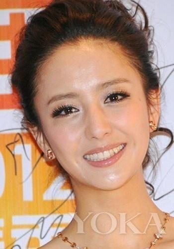 时尚 美容    blingbling感造型重点:眼妆,牙齿,首饰   美女佟丽娅