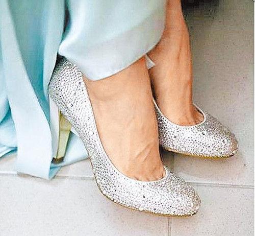 台湾 ella/Ella昨天将粉丝送的水钻鞋照片贴上网。图片来源:台湾《苹果日报...