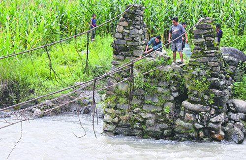 媒体报道了甘洛县尼尔觉乡牛吾村小学部分学生通过铁索桥求学的