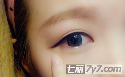 眼线做下垂画法,能让眼睛看起来更圆更大.