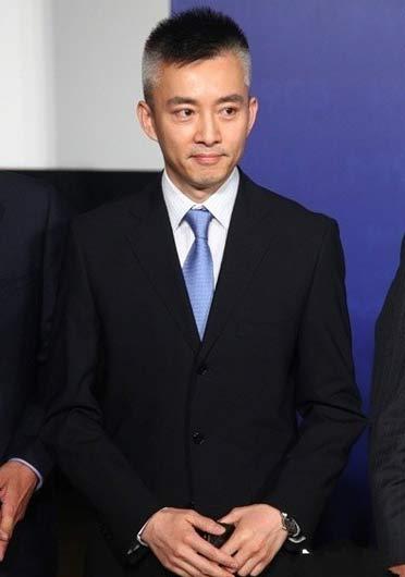 43岁央视主持人亚宁近照曝光-央视主持人亚宁两鬓白发照惊呆网友