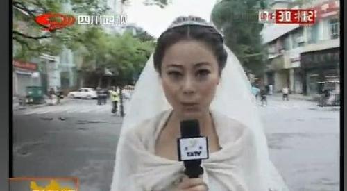 雅安地震婚纱主播_女主播穿婚纱播报雅安地震