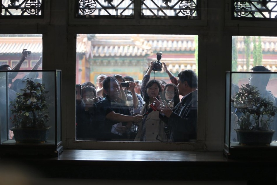 北京 玻璃/5月5日,北京故宫被砸窗户更换防砸玻璃,展台中央少了损坏的...