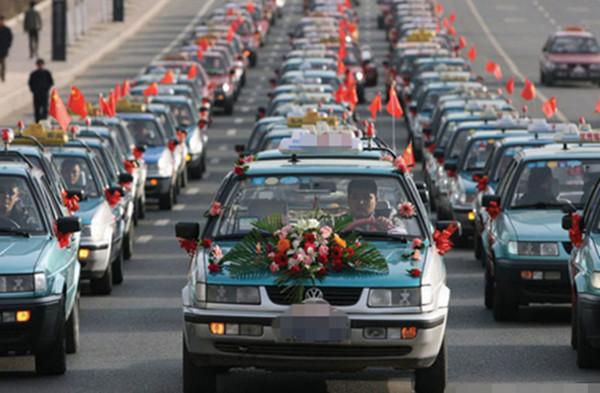 哈尔滨市某出租车司机率一支由98台出租车组成的结婚车队迎娶新娘图片