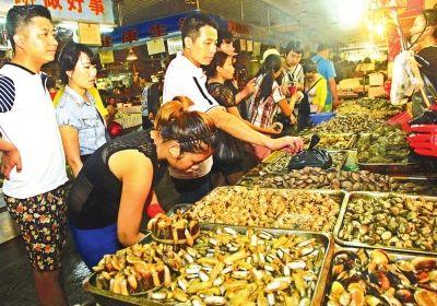 随着三亚笫一农贸市场周边海鲜来料加工店的增多,到市场购买海鲜到食