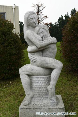 简介:韩国济州岛性爱主题公园里的雕塑