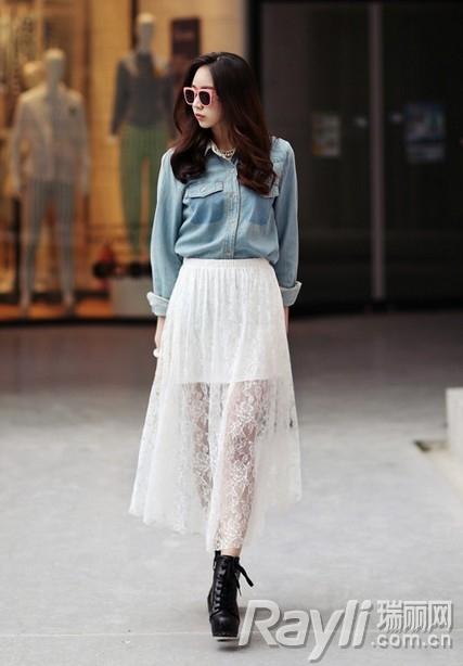 短款针织开衫搭配背心和高腰短裤,短裙,或是中长款开衫搭配连衣裙