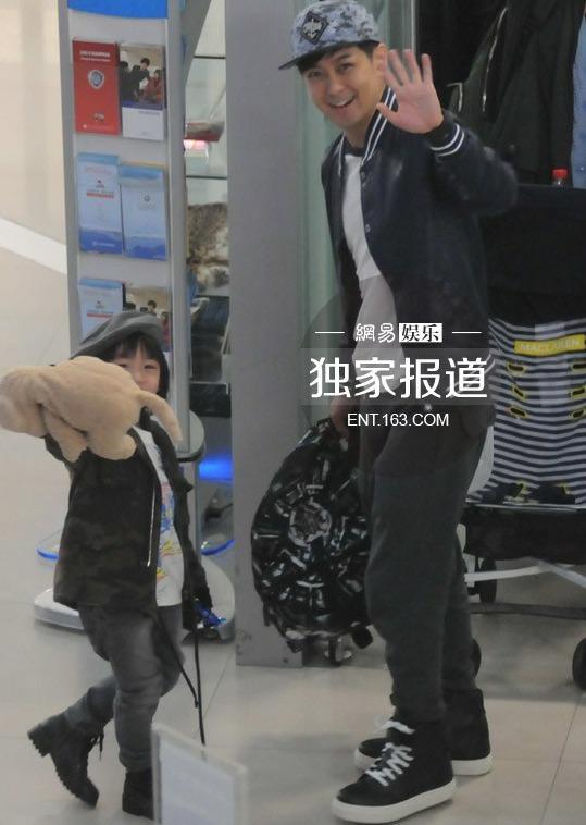 《爸爸去哪儿》后在机场乘坐飞机回台湾,林志颖儿子kimi因《爸爸去