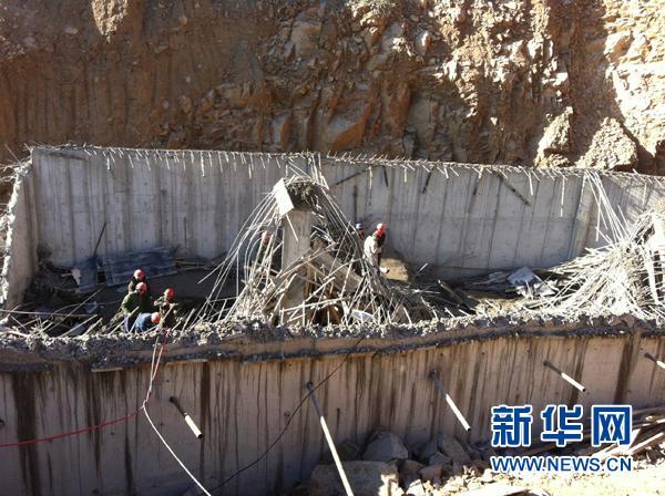 河北/12月13日,救援人员在坍塌的农民自建农产品储藏室搜救。新华社...