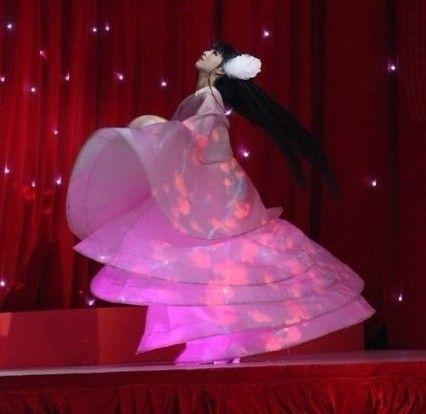 15岁小彩旗春晚舞台旋转4个多小时 一夜成名