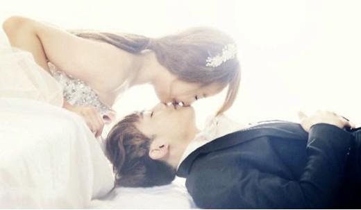 结婚了国际版》里扮演假想夫妻,先前曝光的婚纱照中两人甜蜜