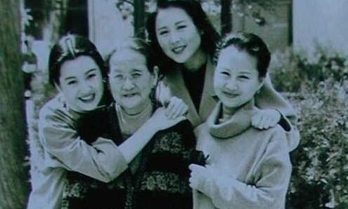 世曝光 母亲系总政歌舞团舞蹈队队长