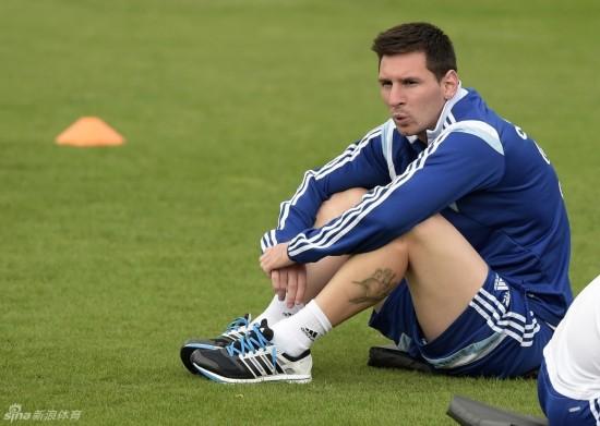 梅西坐地吹口哨 阿根廷队轻松备战1\/4决赛