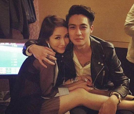 据台湾媒体报道,萧亚轩(elva)和男友elroy爱的火热,继周杰伦半夜在