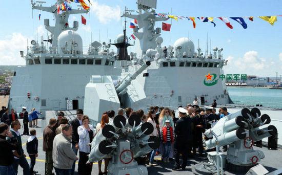 俄罗斯民众争相参观中国战舰   中俄海上联合-2015()军事演习前,停靠在俄罗斯新罗西斯克市码头的中方参演舰艇向当地市民开放,吸引了大量民众参观。   今天在码头见到临沂舰中士郭燕时,她的脸上略带疲惫。在为期两天的舰艇开放日活动中,她和战友已经为3000余名新罗西斯克市民和俄海军官兵提供了安检和引导服务。   看着等候上舰参观的人群只增不减,我能够充分感受到俄罗斯市民的热情。郭燕指指身后桌上的鲜花和气球说,这些都是前来参观中国军舰的俄罗斯小朋友送给她的礼物。   临沂舰刚刚执行完第19批亚