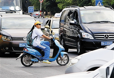 中学生骑电动车隐患多 交警:16岁以下禁止骑电动车