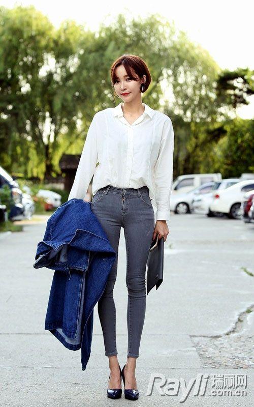 白色宽松衬衫搭配丹宁紧身长裤-职场穿搭宫心计 干练气质如何拥有
