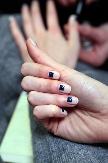 几何趣味   三角形,正方形……为全部指甲涂上白色或透明底色后